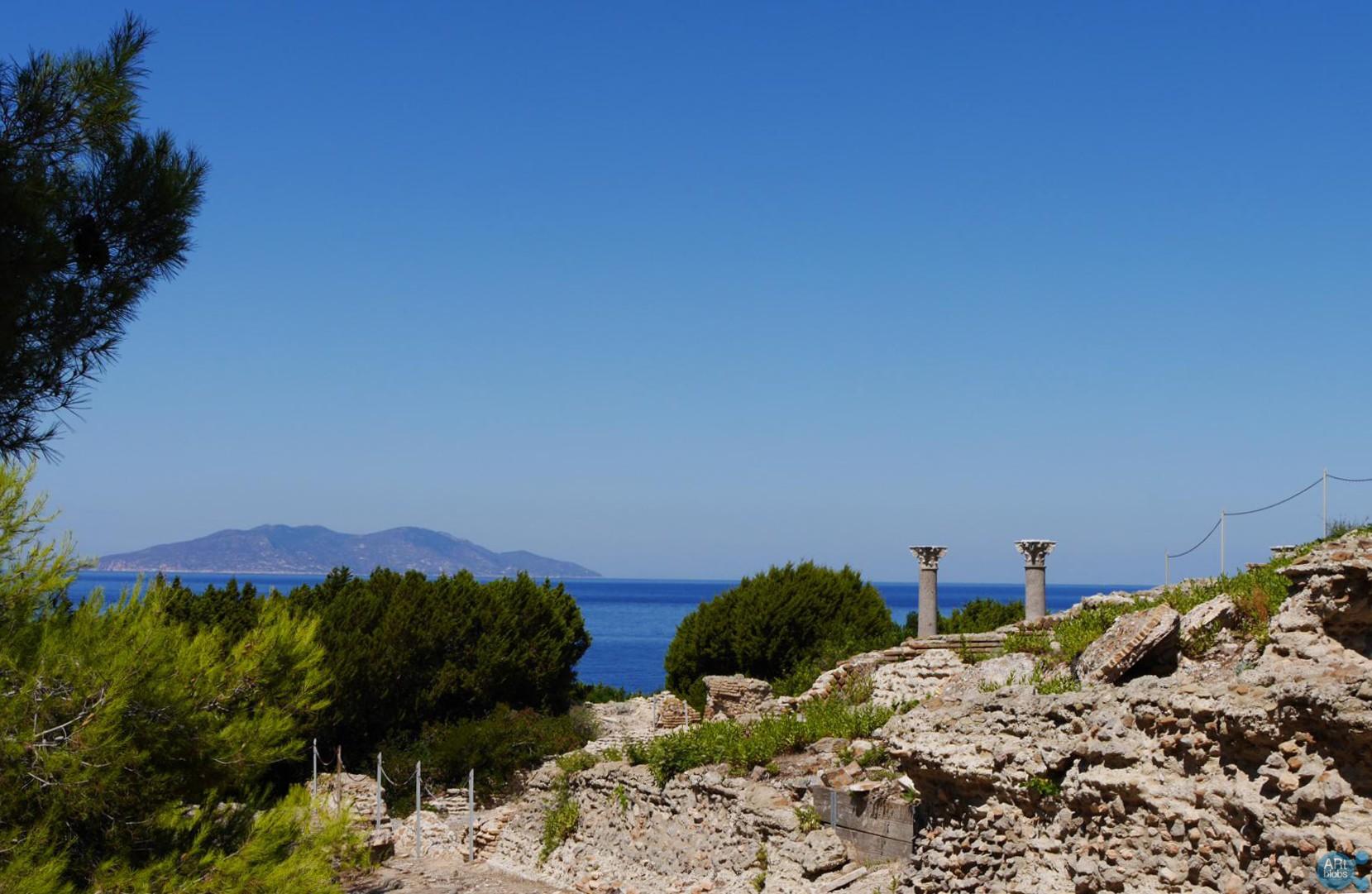 (Italiano) La terrazza sul Tirreno con vista su isola del Giglio, villa romana imperiale di Nerone, Isola di Giannutri